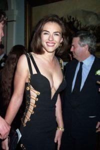 Элизабет Хёрли в черном платье от Versace