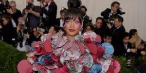 Рианна на вручении музыкальных наград в авангардном платье CDG